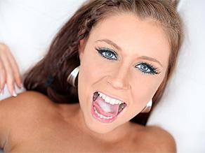 Whitney Westgate con lo sperma depositato sulla lingua e pronta a ingoiarlo